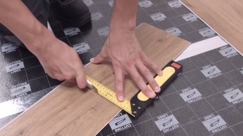 How to cut vinyl planks?